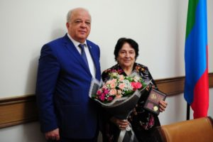 Анатолий Карибов вручил юбилейные медали.