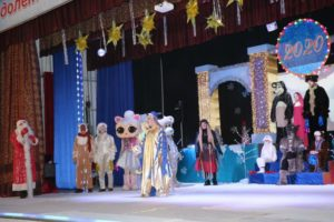 """В Казбековском районе показали новогоднее шоу для детей """"Волшебство новогодних огоньков"""""""