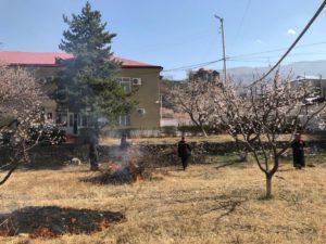 Работники администрации Гергебильского района очистили сад, прилегающий к административному зданию.