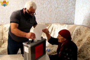 Старейшая жительница Махачкалы приняла участие в голосовании по поправкам в Конституцию РФ