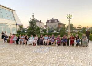 Врачей со всех уголков страны, отдыхающих в НОК «Журавли», угощали Чиркейскими персиками
