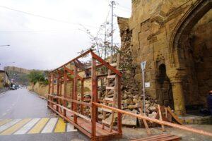 В Дербенте ведутся реставрационные работы разрушенной крепостной стены у ворот Орта-Капы