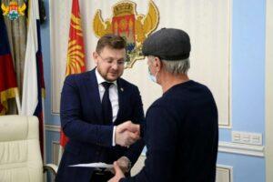 Мэр Махачкалы вручил жилищные сертификаты вынужденным переселенцам
