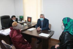 Исполняющий обязанности главы Гергебильского района вручил жилищные сертификаты