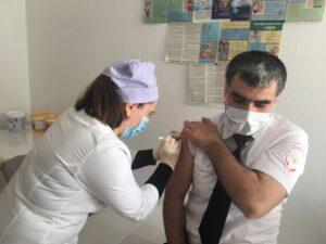 Глава Гергебильского района привился от коронавирусной инфекции